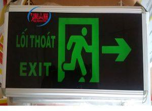 đi theo hướng của đèn chỉ dẫn thoát hiểm để chạy khói đám cháy