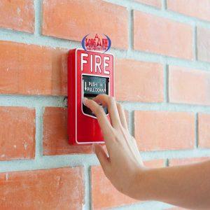 dùng nút ấn báo cháy để báo động