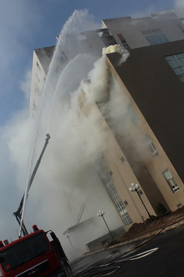 xe cứu hỏa chuyên dụng đang phun nước chữa cháy